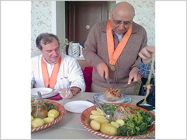 Os confrades Joaquim Pinto da Silva e Joaquim Tenreira Martins prontos a degustar o bucho