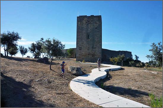 Na minha vila histórica colocaram uma lagartixa em cimento para aceder ao Castelo
