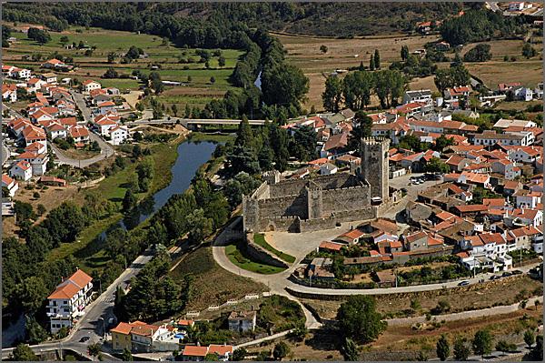 Vista aérea do rio Côa e do Castelo das Cinco Quinas do Sabugal