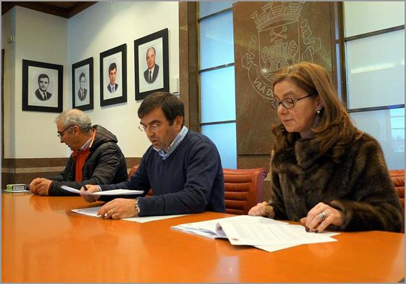 Luís Carlos Carriço, Vítor Proença e Delfina Villardell assinam protocolo (foto: município do Sabugal)