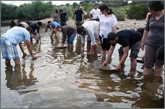 Na ribeira a garimpar o minério