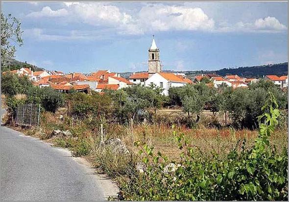 Casteleiro com a torre da Igreja em destaque