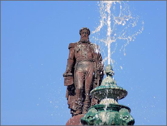 A estátua de D. Pedro IV, no Rossio, substituiu o Galheteiro