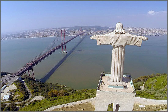 Monumento a Cristo Rei com vista para a Ponte e a cidade de Lisboa