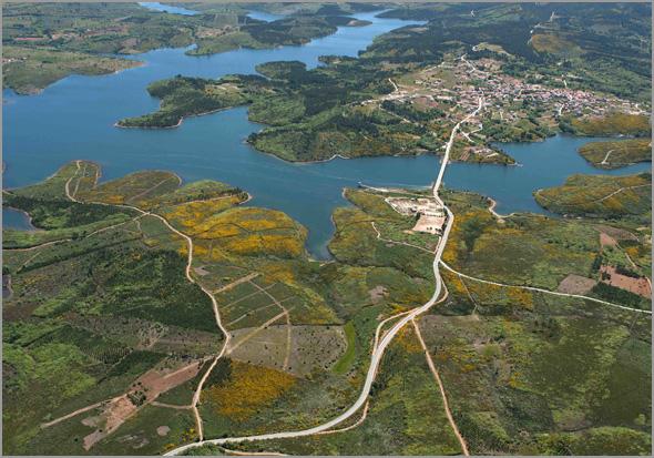 Barragem do Sabugal com a aldeia e a Serra da Malcata em fundo - Capeia Arraiana