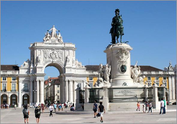 Pedestal da estátua do rei D. José I, na Praça do Comércio, com o medalhão de Pombal - Capeia Arraiana
