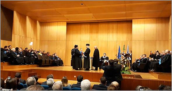O Doutor Jesué Pinharanda Gomes após a imposição da barretina e a entrega da carta doutoral - Capeia Arraiana