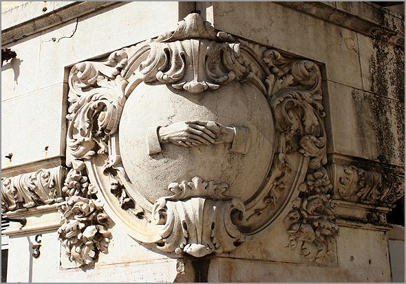 Baixo-relevo com o aperto de mão maçónico, na esquina da Rua do Amparo com a Praça da Figueira - Capeia Arraiana