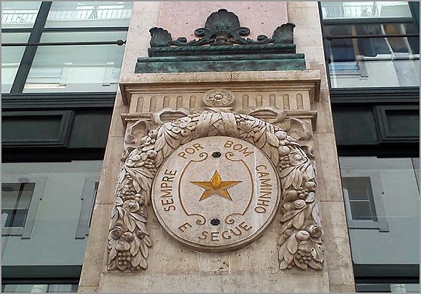 Lema de Francisco Grandella, numa das fachadas do edifício dos antigos Armazéns Grandella, que Siza Vieira em boa hora decidiu preservar - Capeia Arraiana