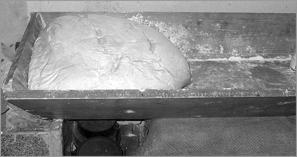 Pão amassado no tabuleiro de madeira - Capeia Arraiana