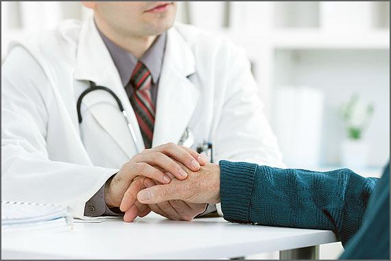 Um médico ouve uma história e acrescenta outra