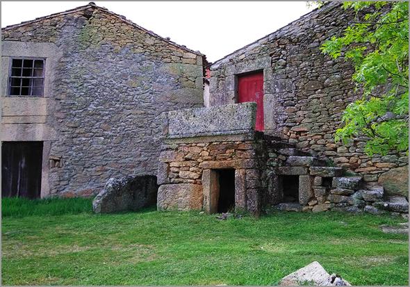 Casas de Pedra na aldeia de Ruivós, no concelho do Sabugal - José Carlos Lages - Capeia Arraiana