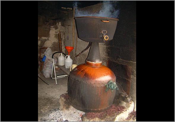 A alguitarra para fazer o bagaço de vinho das nossas aldeias - Capeia Arraiana