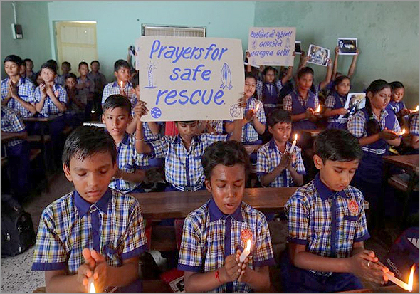 Crianças tailandesas rezam pelo sucesso do resgate dos meninos da gruta - Maria Rosa Afonso - capeiaarraiana.pt