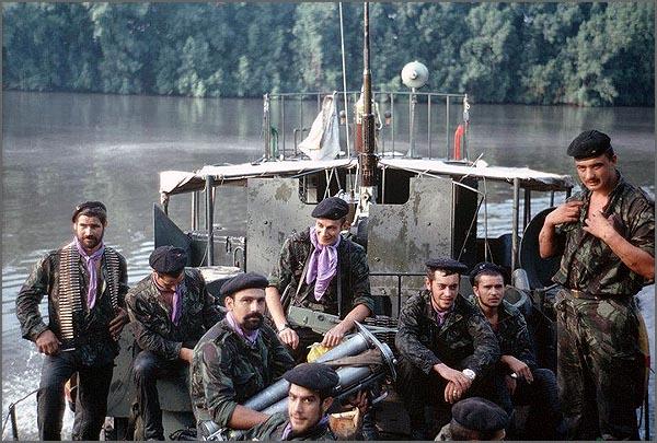 Militares num dos rios da Guiné no decurso de uma operação