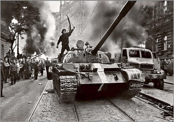 A União Soviética e os membros do Pacto de Varsóvia invadiram Praga para interromper as reformas de Dubcek