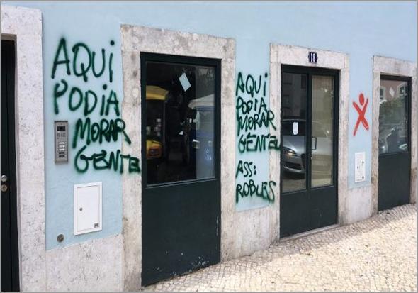 Fachada vandalizada do prédio da polémica - capeiaarraiana.pt