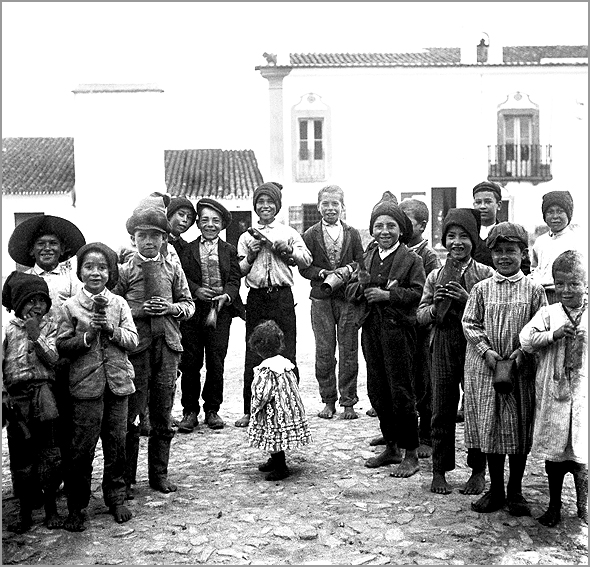 Fotografia de cerca de 1925, feita no Alentejo pelo arqueólogo Vergílio Correia - Adérito Tavares - Capeia Arraiana