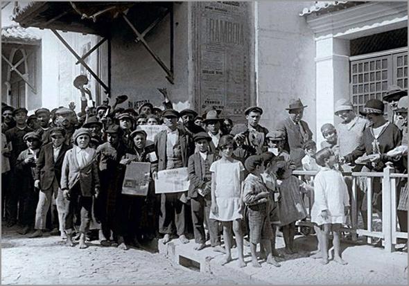 Distribuição de alpergatas a crianças lisboetas, no Parque Mayer, em 1928 - Adérito Tavares - Capeia Arraiana