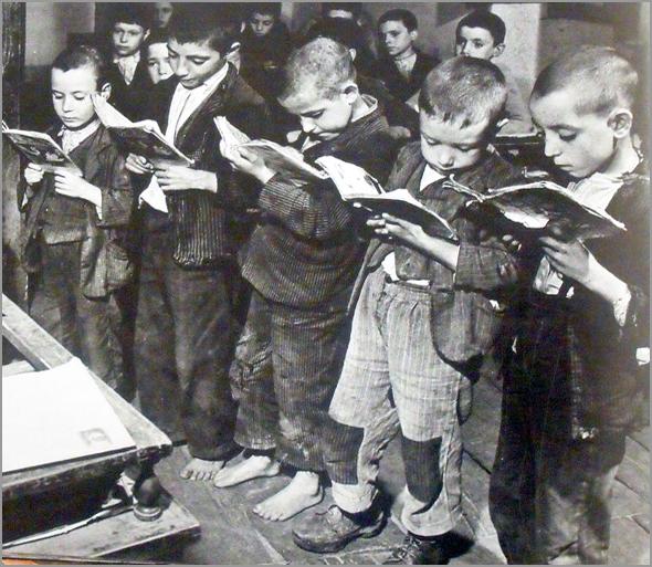 Crianças numa escola algarvia, nos anos 40 - Adérito Tavares - Capeia Arraiana