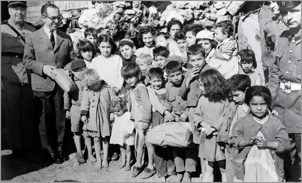 Na Páscoa de 1960, autoridades locais distribuem presentes a crianças pobres que viviam nas furnas de Monsanto (grutas rupestres na periferia de Lisboa) - Adérito Tavares - Capeia Arraiana