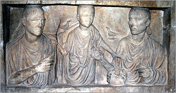 Pedra tumular romana do século II d. C., representando um casal com um filho que morreu criança - Adérito Tavares - Capeia Arraiana