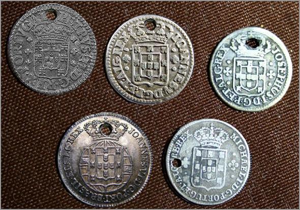 Conjunto de moedas portuguesas de três vinténs de prata, furadas, cunhadas nos séculos XVII, XVIII e XIX - Adérito Tavares - Capeia Arraiana