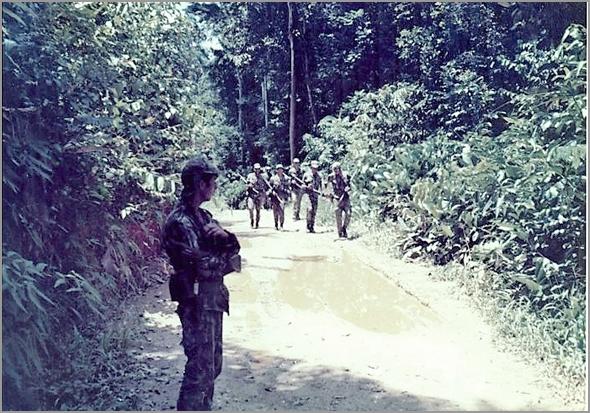Patrulha avança na selva de Cabinda - capeiaarraiana.pt