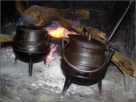 Panelas de ferro ao lume