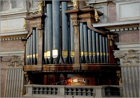 Um dos seis órgãos da Basílica de Mafra. Primitivamente, os foles de ar que alimentavam os tubos eram enchidos pelo foleiro - Adérito Tavares - Capeia Arraiana