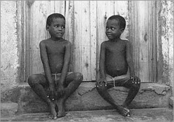 Crianças na sanzala em Cabinda (Foto: D.R.) - capeiaarraiana.pt