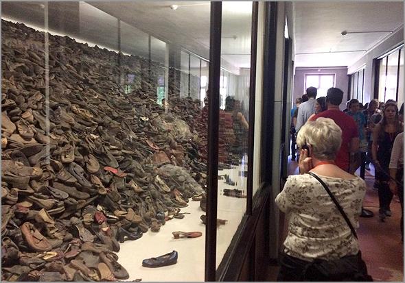 Pavilhão com sapatos dos prisioneiros na área museológica de Auschwitz - Capeia Arraiana