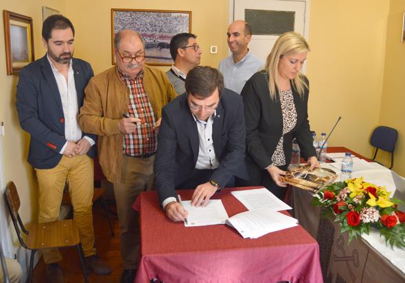 Vítor Proença, vice-presidente da Câmara Municipal do Sabugal assina o Protocolo - Capeia Arraiana