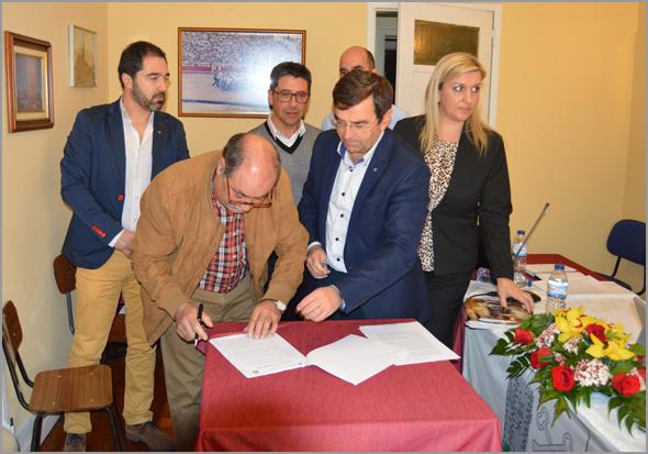 Joaquim Corista, presidente da Direcção da Casa do Concelho do Sabugal assina o Protocolo - Capeia Arraiana