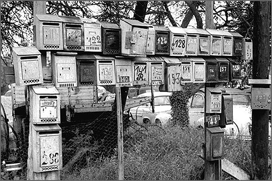 Caixas de correio dos emigrantes portugueses num bairro de lata de Paris, nos anos 60. (Foto: Gérald Bloncour)