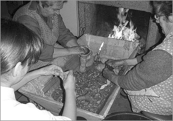Enchimento das chouriças (Foto: D.R.)