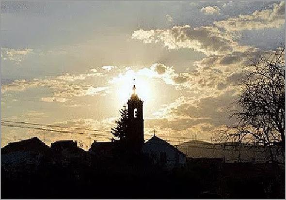 Campanário da igreja do Casteleiro ao por-do-sol - Capeia Arraiana