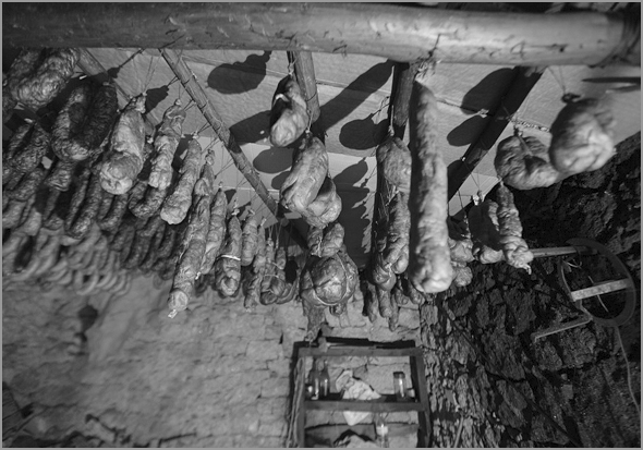 Enchido pendurado nas cozinhas das aldeias raianas - Capeia Arraiana