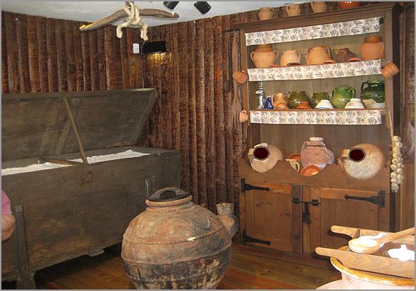 Cantareira e arca salgadeira das casas raianas - Capeia Arraiana