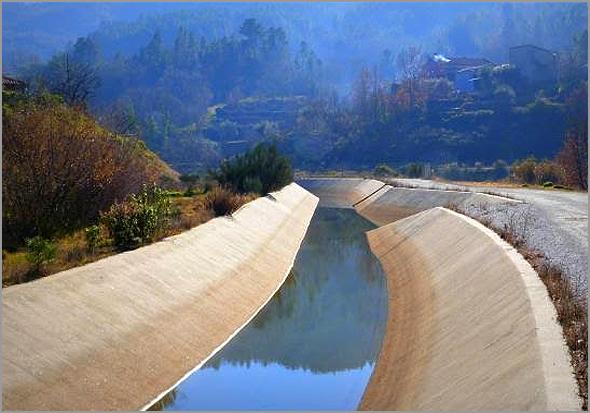 Canais de regadio da Cova da Beira com água do Rio Còa - Capeia Arraiana