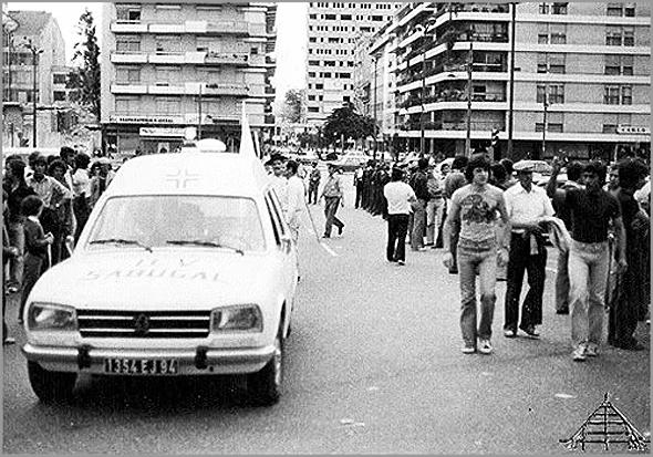 Cortejo entre a Casa do Concelho do Sabugal e a Praça de Touros do Campo Pequeno na Primeira Capeia Arraiana em Lisboa. Na imagem podemos ver uma ambulância dos Bombeiros Voluntários do Sabugal com matrícula francesa