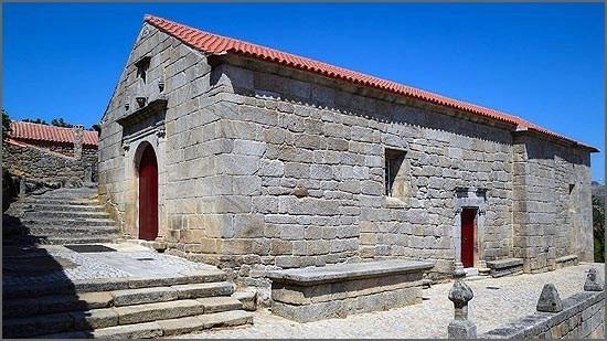 Igreja de Nossa Senhora das Neves, Sortelha - é provável que o adro (lado sul) tenha servido de cemitério