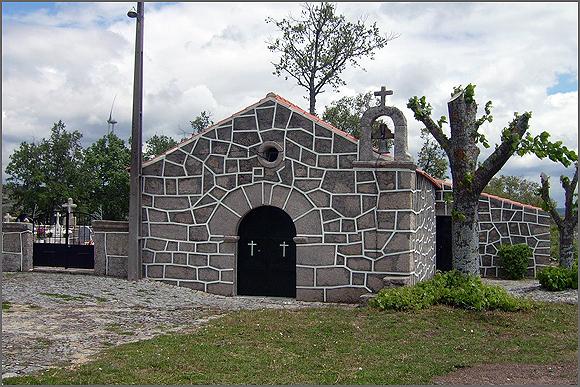 Capela de Santa Bárbara (foto de 2013) - vê-se parcialmente o cemitério