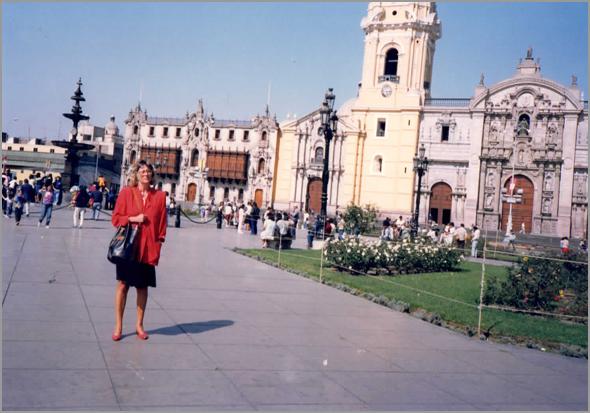 A esposa do Franklim na Plaza Mayor em Lima
