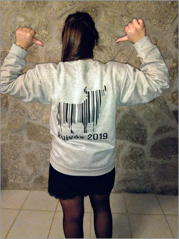 A modelo Irina Pires com uma das peças de vestuário da Capeia