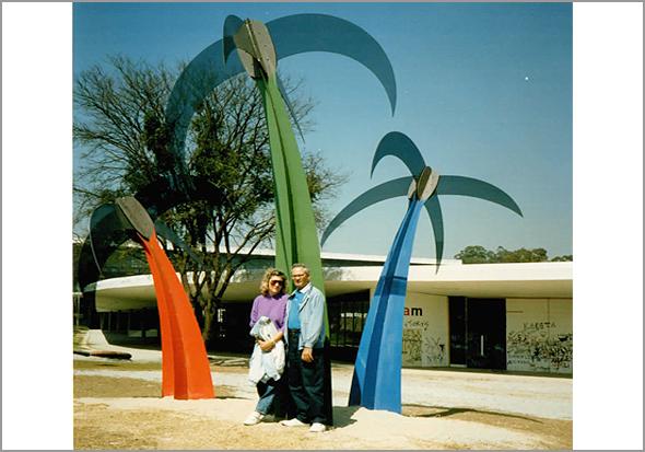 Franklim e esposa no parque de Ibirapuera, frente ao Museu de Arte Moderna