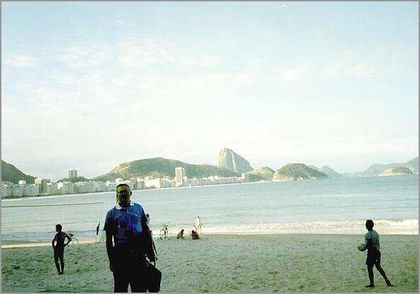 Franklim em frente à praia de Copacabana