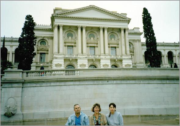 Franklim, esposa e a Tânia em frente ao Museu do Ipiranga