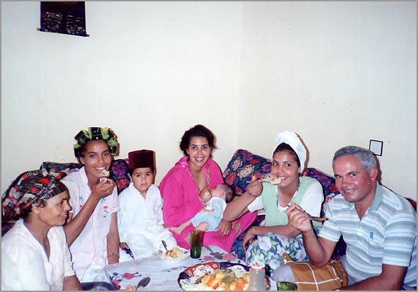 Franklim almoçando em casa da moça marroquina
