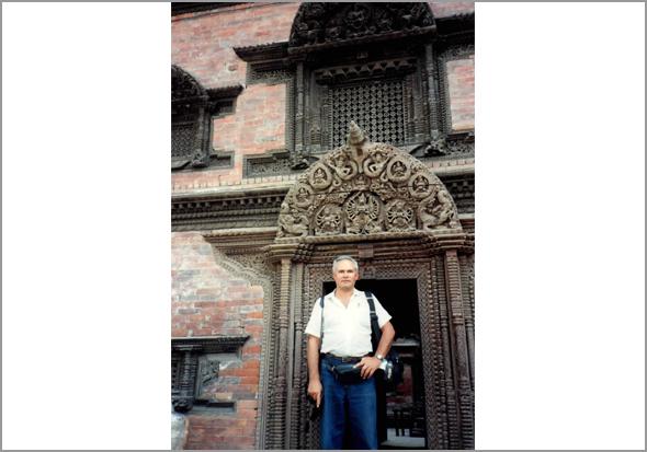 Franklim em frente da porta de um templo nepalês